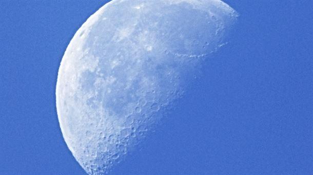 ¿Por qué se ve la Luna durante el día?