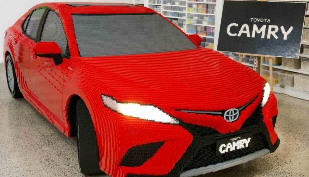 Toyota Camry construido con medio millón de piezas de Lego