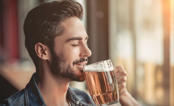¿Beber alcohol corta el efecto de los antibióticos?