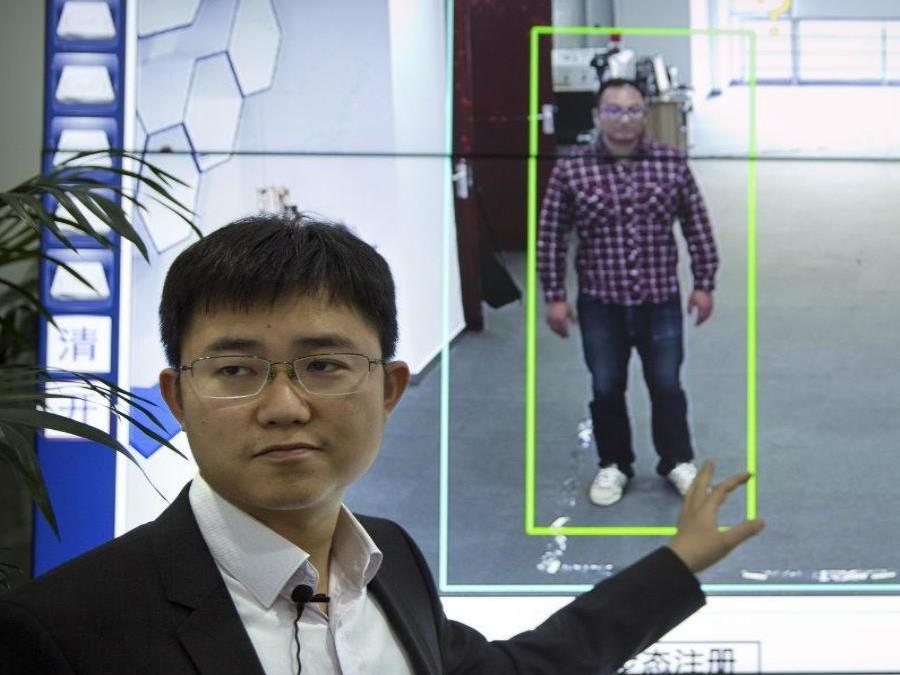 Tecnología china reconoce a personas por su forma de caminar