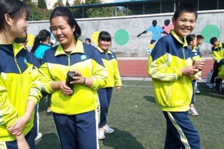 China utiliza uniformes escolares inteligentes para rastrear la ubicación de los estudiantes