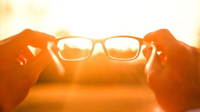 Por qué 2.500 millones de personas aún no tienen gafas, un invento del siglo XIII que mejoraría sus vidas
